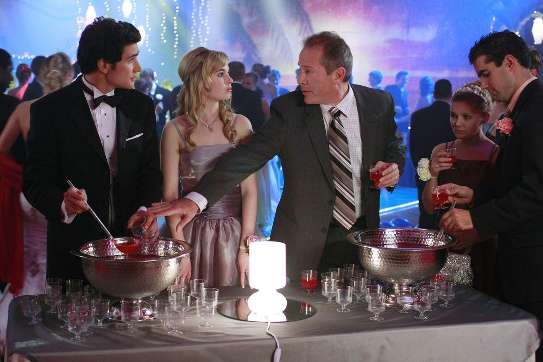 Kyle (Matt Dallas, l.) und Amanda (Kirsten Prout, M.) unterhalten sich mit ihrem Lehrer (Ian Robison, r.) ... - Bildquelle: TOUCHSTONE TELEVISION