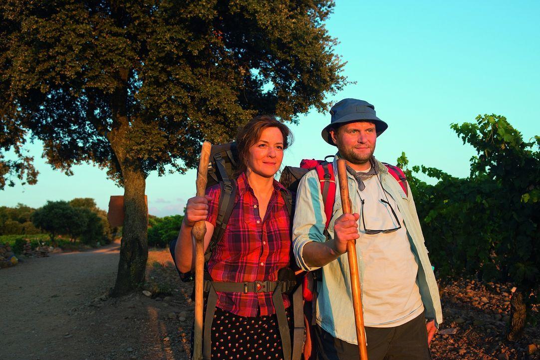 Durch Stella (Martina Gedeck, l.) und andere Pilger lässt sich Hape (Devid Striesow, r.) auf die Faszination Jakobsweg ein und der Weg beginnt ihn z... - Bildquelle: Warner Brothers