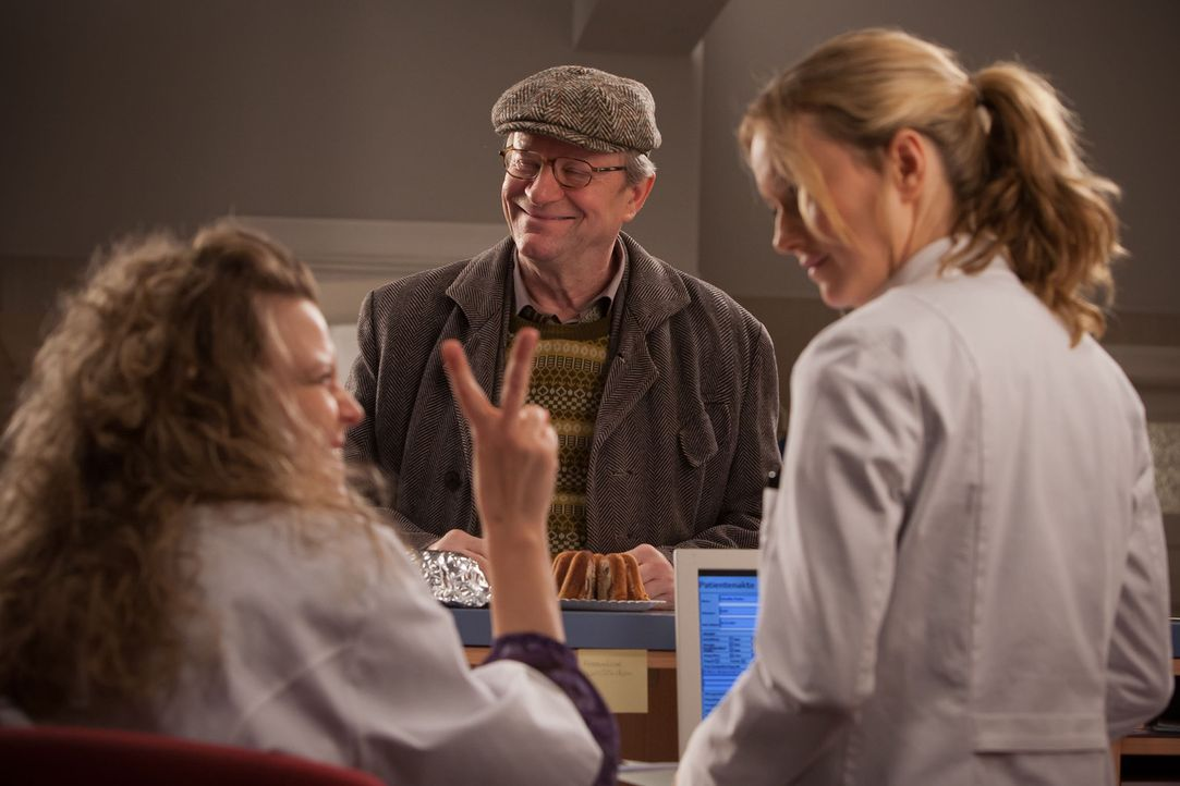 Haben einen Heidenspaß mit dem Kuchen: (v.l.n.r.) Frau Wunder (Carolin Spieß), Dr. Harry Hansen (Gerhard Garbers) und Nina (Stefanie Stappenbeck) ..... - Bildquelle: Conny Klein SAT.1