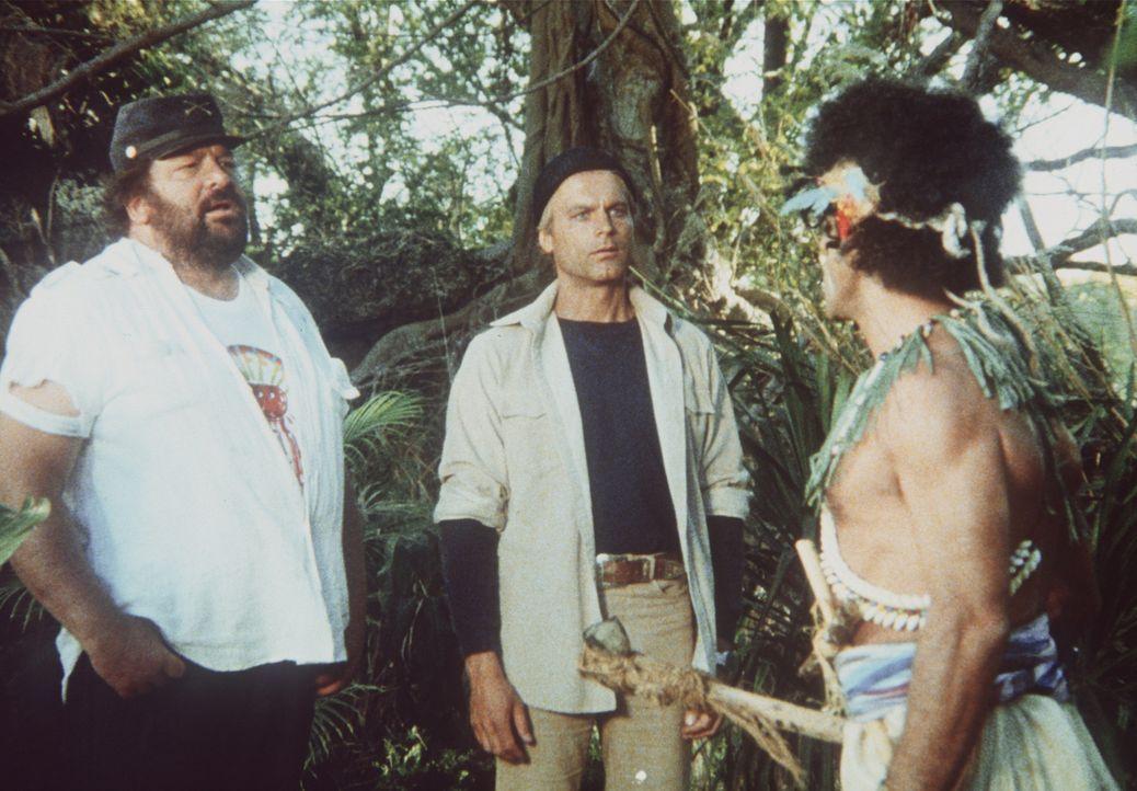 Charlie (Bud Spencer, l.) und Alan (Terence Hill, M.) stranden auf einer kleinen Insel. Dort erwartet sie der wildgewordene Samurai Kamasuka (John F...