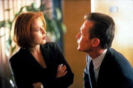 Scully (Gillian Anderson, l.) und Doggett (Robert Patrick, r.) untersuchen de...