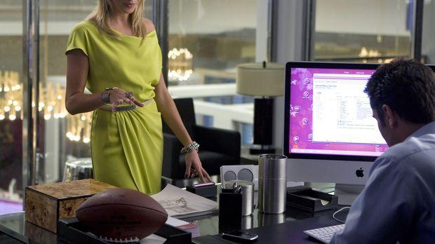 Die ehrgeizige Ella (Katie Cassidy, l.) tut fast alles für ihren Chef Caleb (...