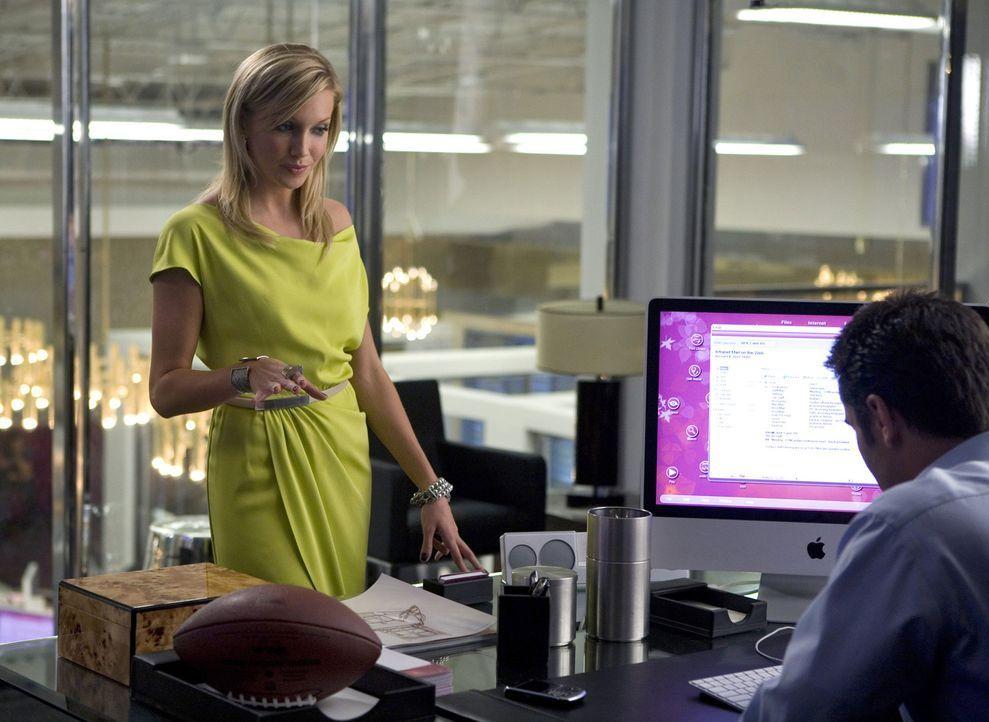 Die ehrgeizige Ella (Katie Cassidy, l.) tut fast alles für ihren Chef Caleb (Victor Webster, r.), um ihre Karriere voranzutreiben... - Bildquelle: 2009 The CW Network, LLC. All rights reserved.