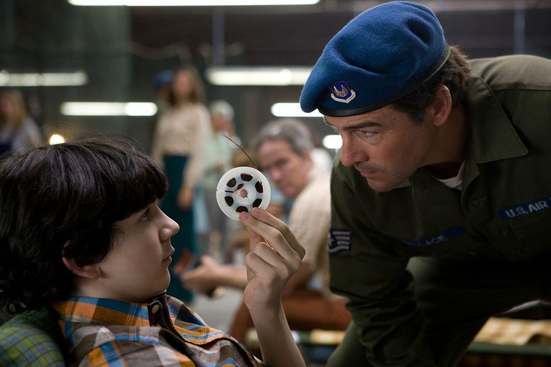 Beinahe zu spät präsentiert Preston (Zach Mills, l.) Joes Vater, Jackson Lamb (Kyle Chandler, r.), die Aufnahmen der Super-8-Kamera. Nun beginnt f... - Bildquelle: PARAMOUNT PICTURES. All Rights Reserved