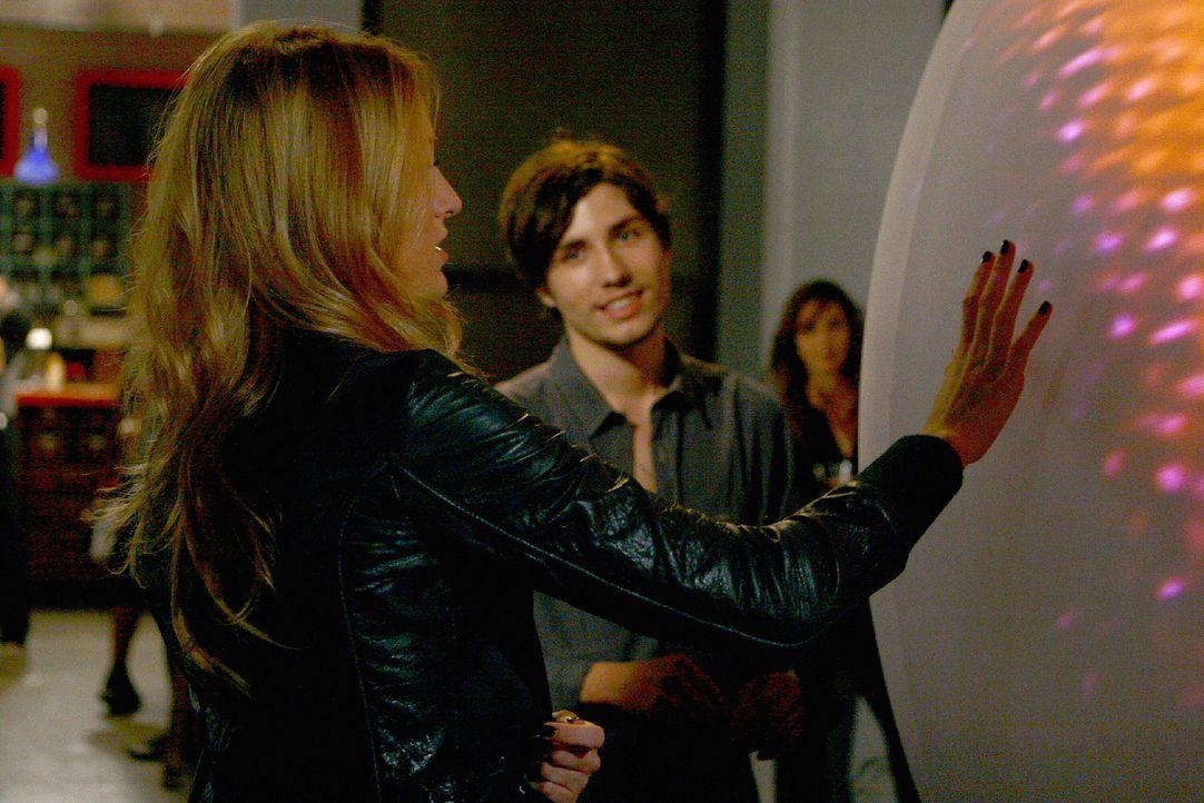 Auf einer Vernissage lernt Serena (Blake Lively, l.) den Künstler Aaron (John Patrick Amedori) kennen und hat einen heißen Flirt mit ihm. Doch dann... - Bildquelle: Warner Brothers