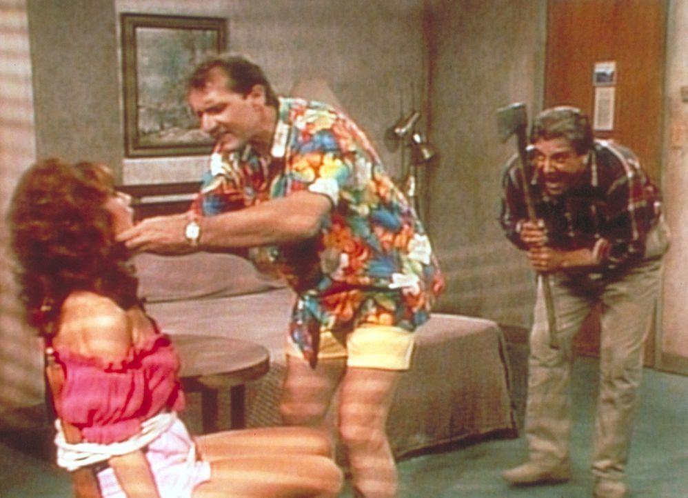 Al (Ed O'Neill, M.) versucht, Peggy (Katey Sagal, l.) zu befreien - doch der Axtmörder (Vic Polizos, r.) lauert bereits hinter ihm. - Bildquelle: Columbia Pictures