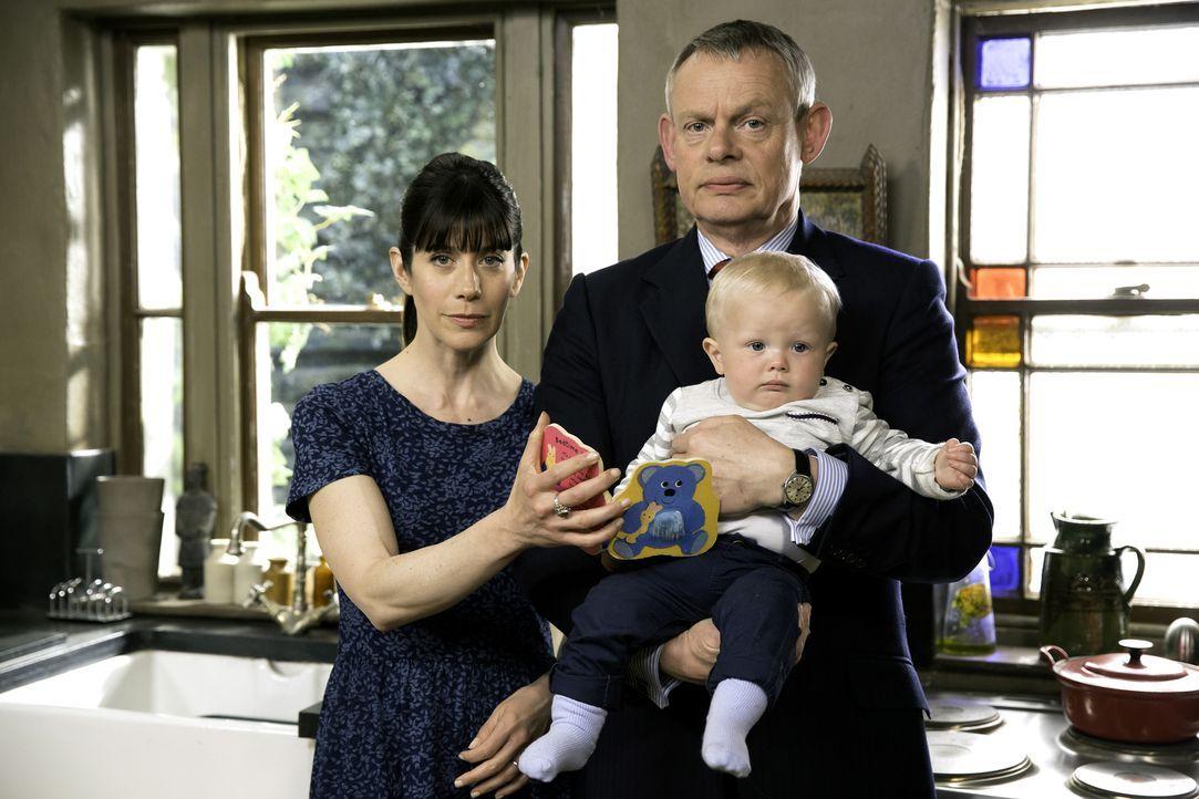 (7. Staffel) - Kann Louisa (Caroline Catz, l.) ihre Ehe mit Martin (Martin Clunes, r.) noch retten oder ahnt der Doc selber, dass er sich gewaltig ä... - Bildquelle: Neil Genower IN LETZTER MINUTE