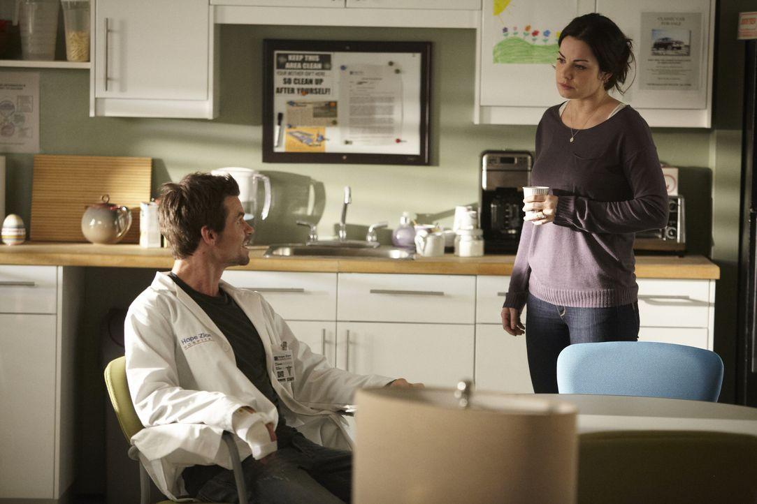 Für Dr. Joel Goran (Daniel Gillies, l.) läuft es gerade ganz und gar nicht rosig. Dr. Alex Reid (Erica Durance, r.) die selbst jede Menge Ärger hat,...