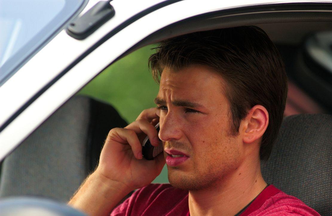 Aus ihrem Gefängnis heraus gelingt es Jessica, nach draußen zu telefonieren. Sie landet auf dem Handy des in den Tag hinein lebenden Ryan (Chris Eva... - Bildquelle: Warner Bros. Pictures