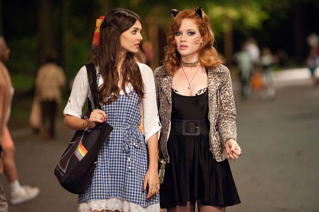 Können Wren (Victoria Justice, l.) und ihre beste Freundin April (Jane Levy, r.) den verschwundenen Albert im Chaos der Halloween-Nacht wiederfinden... - Bildquelle: (2014) Paramount Pictures. All Rights Reserved.