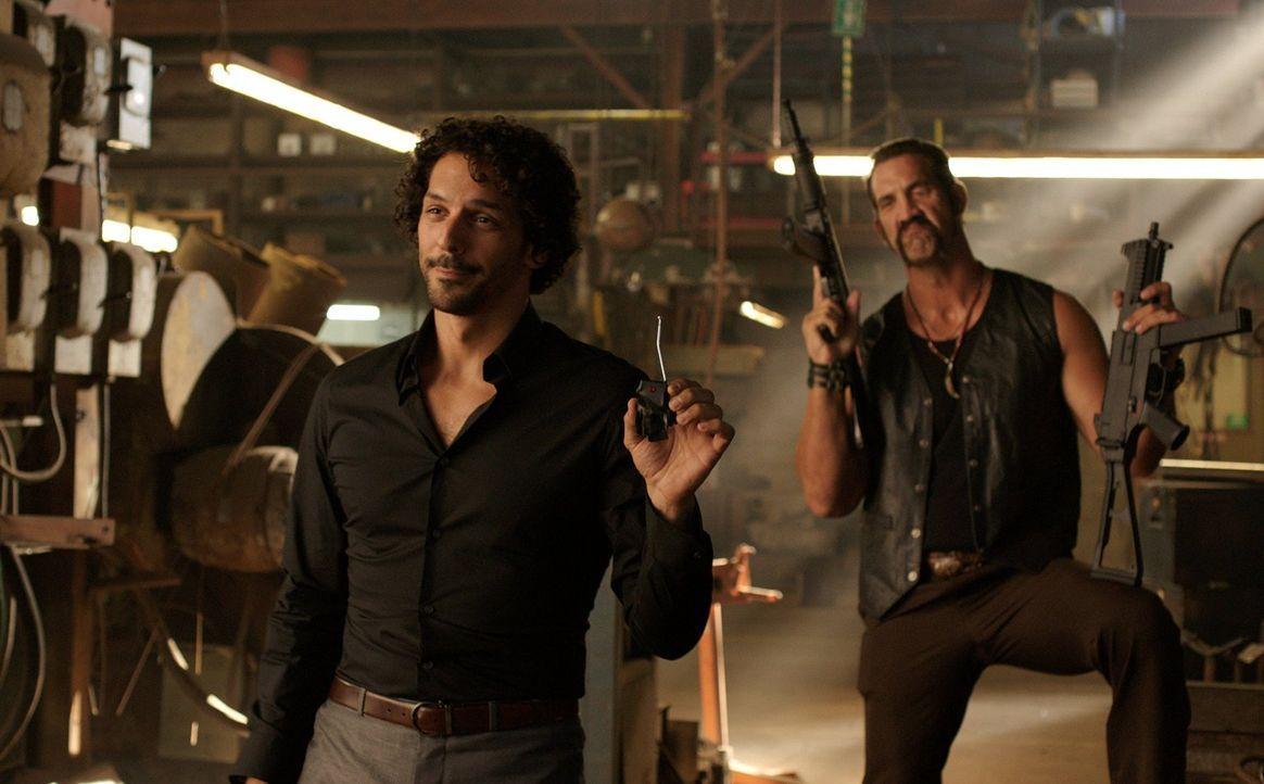 Dank der beiden Gangster, Chacon (Tomer Sisley, l.) und One-Eye (Matthew Willig, r.), läuft es für die Millers momentan nicht so gut ... - Bildquelle: 2013 Warner Brothers.  All rights reserved.
