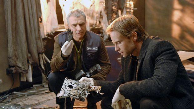 Paul (Hansa Czypionka, l.) und Philip (Julian Weigend, r.) untersuchen Stefan...