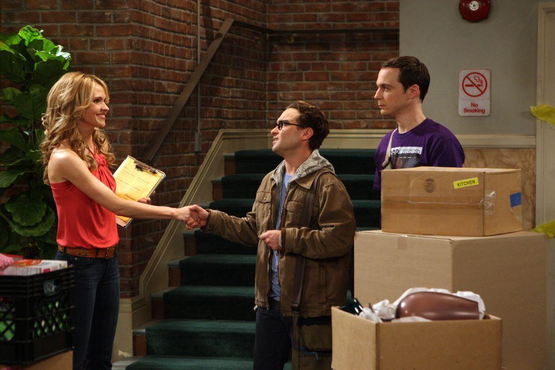 Im Gegensatz zu Sheldon (Jim Parsosn, r.) ist Leonard (Johnny Galecki, M.) total begeistert von Alicia (Valerie Azlynn, l.), der neuen Mieterin ... - Bildquelle: Warner Bros. Television