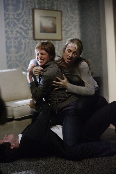 Lisa (Linnea Sharples, M.), ein Dämon, hat es auf Jimmy (Misha Collins, liegend) abgesehen. Amelia (Wynn Everett, r.) versucht ihn zu retten, doch... - Bildquelle: Warner Bros. Television