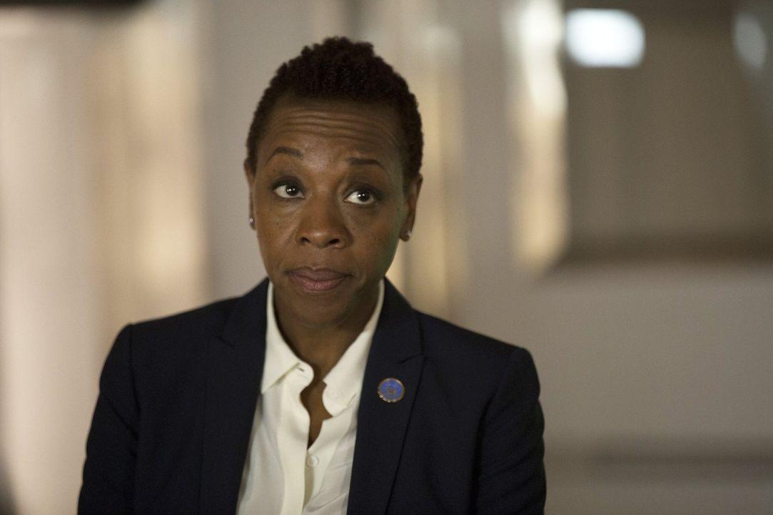 Jane ist sich nicht sicher, ob sie gegenüber FBI-Bürochefin Mayfair (Marianne Jean-Baptiste) noch loyal sein muss, nachdem diese die Bürokratie über... - Bildquelle: Warner Brothers