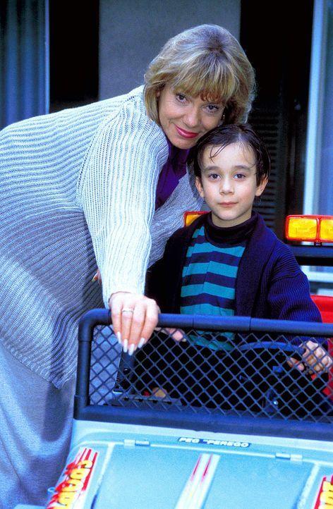Um ihren Enkel immer stärker an sich zu binden, überhäuft Dorothea Thorwald (Judy Winter, l.) Tobias (Raphael Ghobadloo, r.) mit vielen Geschenken .... - Bildquelle: Horn-Link ProSieben
