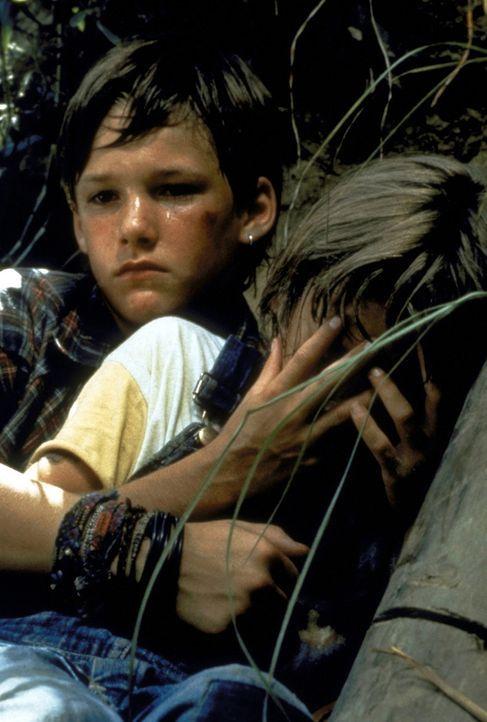 Mit seinem kleinen Bruder Ricky (David Speck, r.) beobachtet der 11-jährige Mark Sway (Brad Renfro, l.) im Wald, wie sich der Mafia-Anwalt Romey Cl... - Bildquelle: Warner Bros.