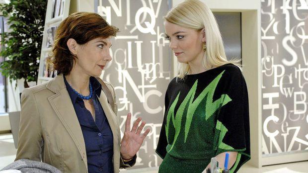 Steffi (Karin Kienzer, l.) und Elke (Anni Wendler, r.) spekulieren über Rober...