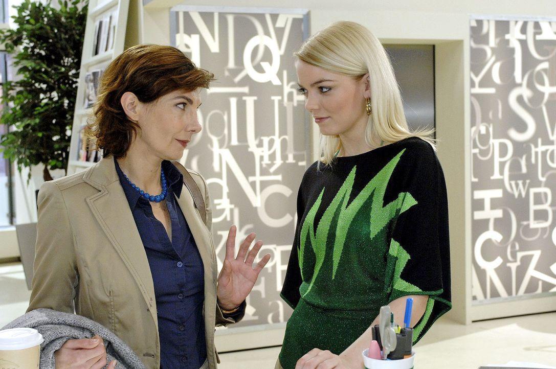 Steffi (Karin Kienzer, l.) und Elke (Anni Wendler, r.) spekulieren über Roberts und Jonas' Pläne ... - Bildquelle: Oliver Ziebe Sat.1