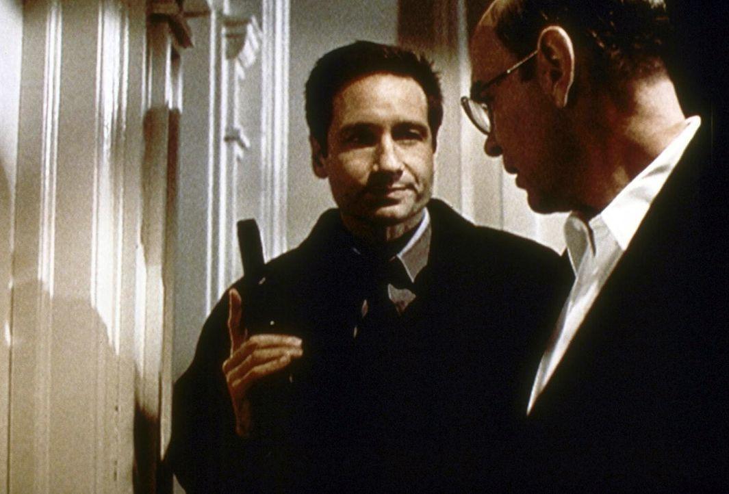 Mulder (David Duchovny, l.) und Skinner (Mitch Pileggi) beschließen, in die Wohnung eines Verdächtigen einzudringen ... - Bildquelle: TM +   2000 Twentieth Century Fox Film Corporation. All Rights Reserved.