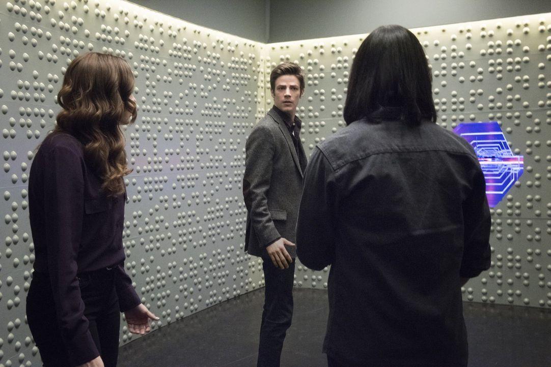 Caitlin (Danielle Panabaker, l.), Barry (Grant Gustin, M.) und Cisco (Carlos Valdes, r.) machen in Wells geheimen Raum einige erschreckende Entdecku... - Bildquelle: Warner Brothers.