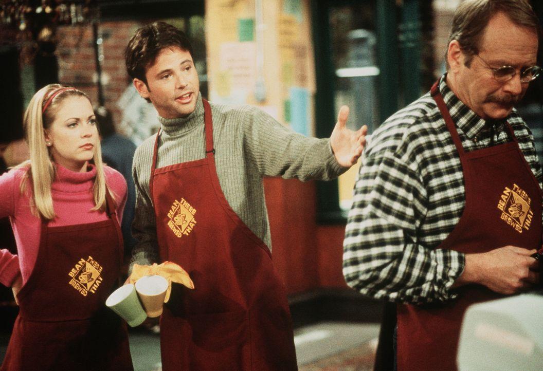 Josh (David Lascher, M.) stellt Sabrina (Melissa Joan Hart, l.) den neuen Kollegen vor: ihren ehemaligen Schuldirektor Mr. Kraft (Martin Mull, r.). - Bildquelle: Paramount Pictures
