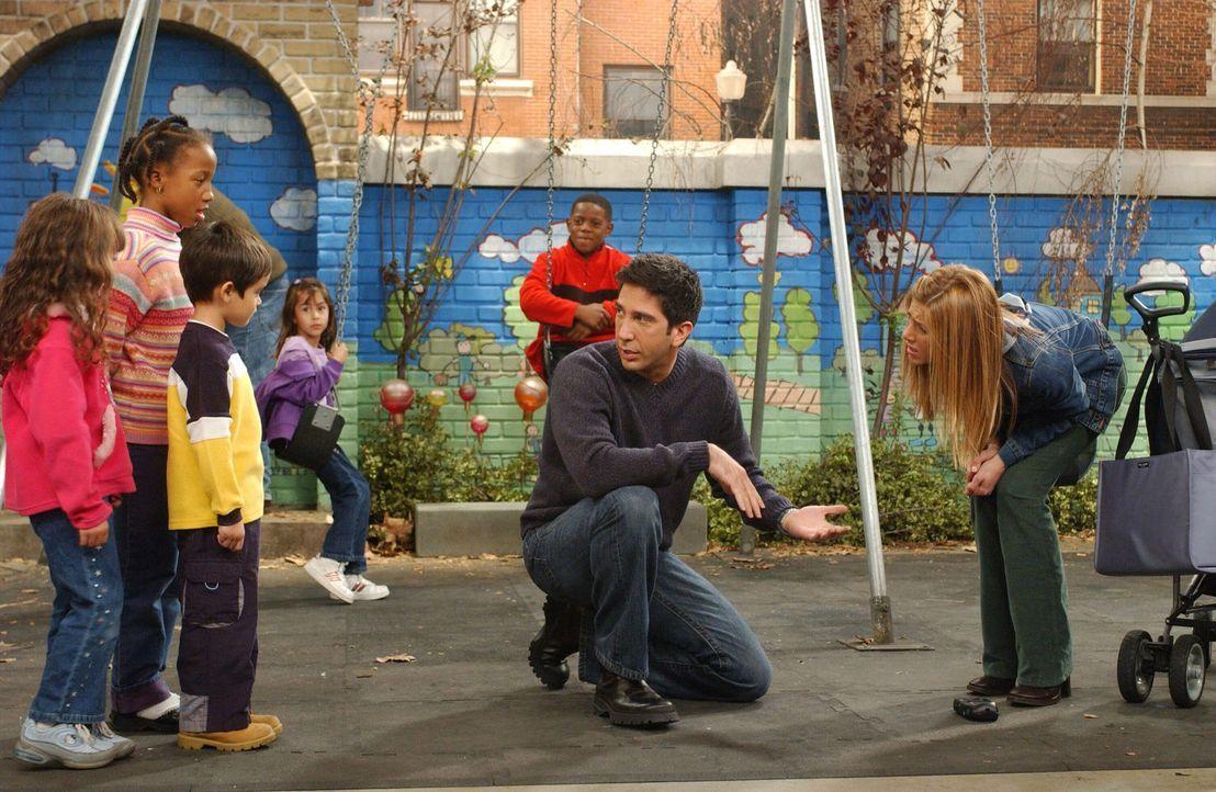 Als sich Ross (David Schwimmer, 2.v.r.) seinen Ängsten, einer Spinnenphobie, macht er keine besonders gute Figur. Rachel (Jennifer Aniston, r.) ist... - Bildquelle: 2003 Warner Brothers International Television