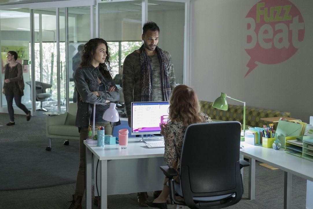 Noch ahnen Kady (Jade Tailor, l.) und Penny (Arjun Gupta, r.) nicht, dass sie schon bald zwischen die Fronten geraten ... - Bildquelle: Eike Schroter 2016 Syfy Media, LLC