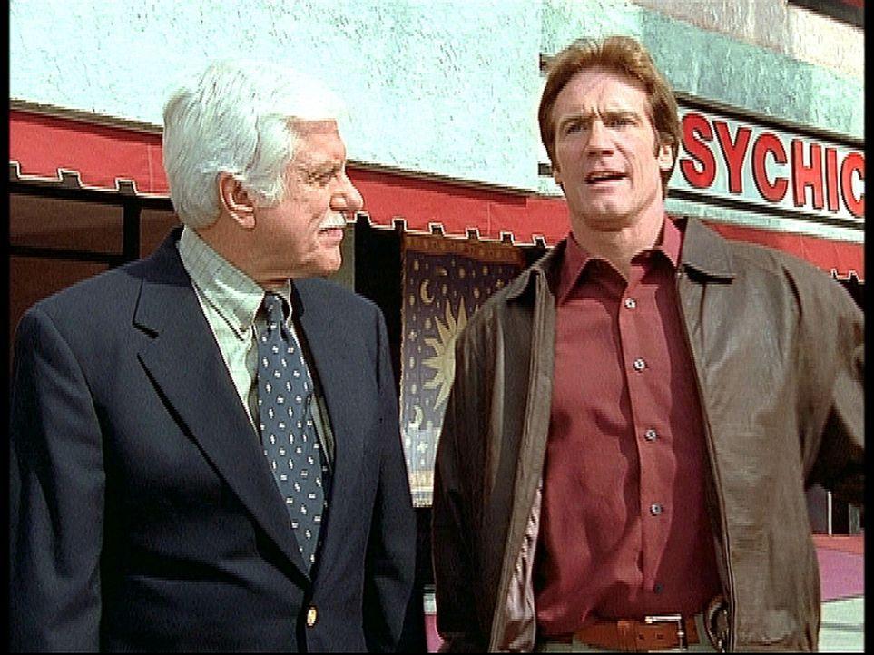 Mark (Dick Van Dyke, l.) und Steve (Barry Van Dyke, r.) sind ratlos: Ein wertvoller Diamant wurde trotz schärfster Sicherheitsmaßnahmen gestohlen. - Bildquelle: Viacom