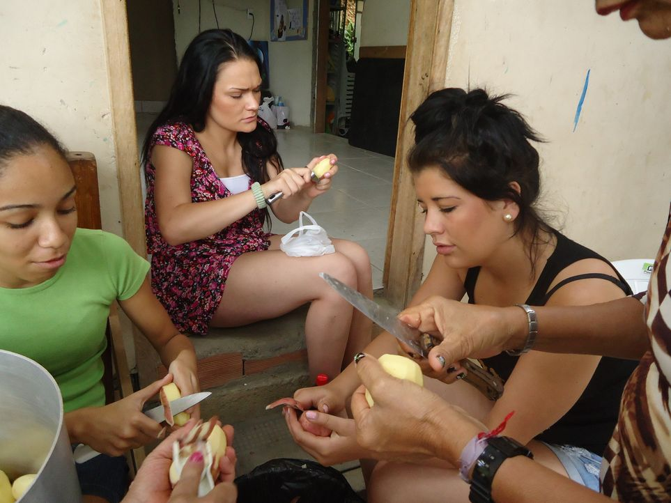 Kartoffelschälen statt Beach-Party: Die beiden schwererziehbaren Teenager Sara (2.v.l.) und Julia (r.) sollen beim Bau eines sozialen Treffpunktes i... - Bildquelle: kabel eins
