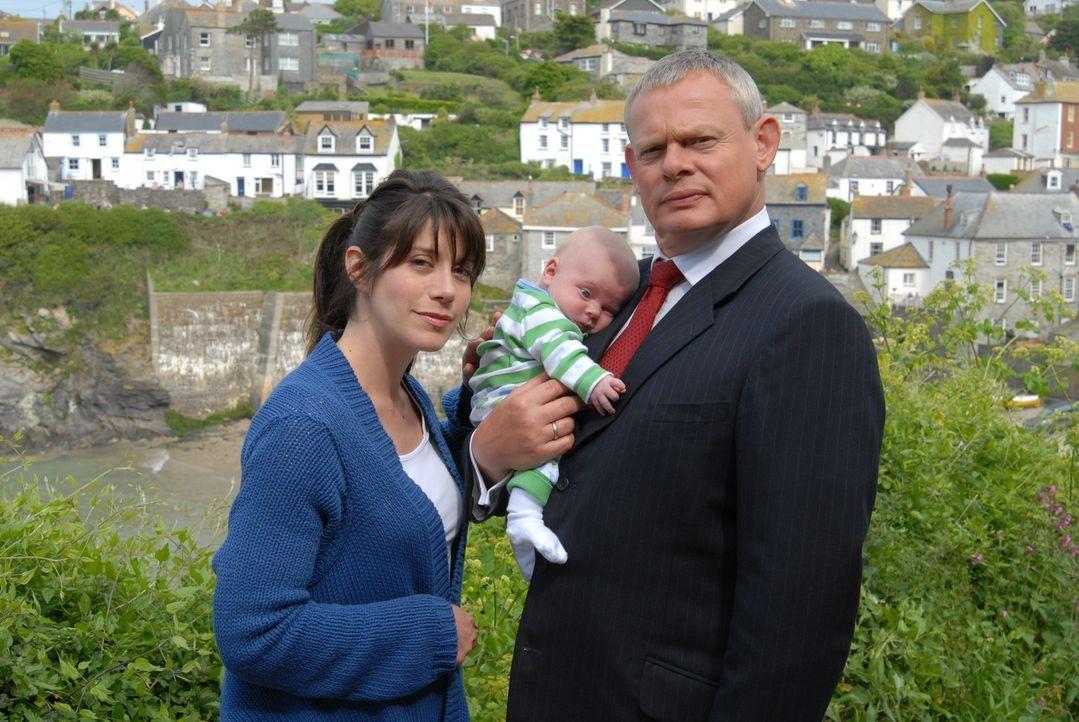 Nach dem Krankenhausaufenthalt kehren Louisa (Caroline Catz, l.) und das Baby nach Hause zurück. Währenddessen beschleichen Doc Martin (Martin Clune... - Bildquelle: BUFFALO PICTURES/ITV