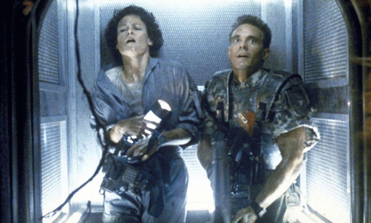 Ripley (Sigourney Weaver, l.) und Hicks (Michael Biehn, r.) versuchen verzweifelt, den gefräßigen Aliens zu entkommen... - Bildquelle: 1986 Twentieth Century Fox Film Corporation. All rights reserved.