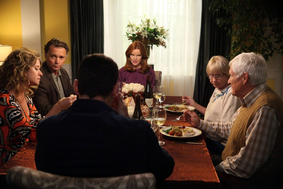 Es ist Thanksgiving in der Wisteria Lane und (v.l.n.r.) Mary (Nancy Travis), Richard (John Schneider), Keith (Brian Austin Green), Bree (Marcia Cros... - Bildquelle: ABC Studios