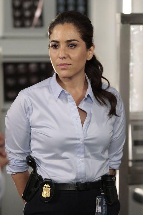 Kann Janes Betrug nicht verzeihen und greift zur Waffe: Zapata (Audrey Esparza) ... - Bildquelle: Warner Brothers