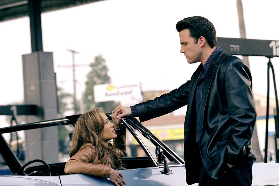 Sofort verliebt sich Gigli (Ben Affleck, r.) in seine hübsche Komplizin Ricki (Jennifer Lopez, l.). Klar, dass das für weitere Komplikationen sorg... - Bildquelle: 2004 Sony Pictures Television International. All Rights Reserved.
