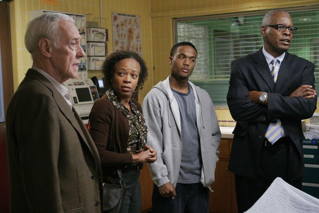 Andersons homosexueller Partner Bennett (John Mahoney, l.) besteht darauf, dass alles getan wird, um Andersons Leben zu retten, aber die endgültige... - Bildquelle: Warner Bros. Television