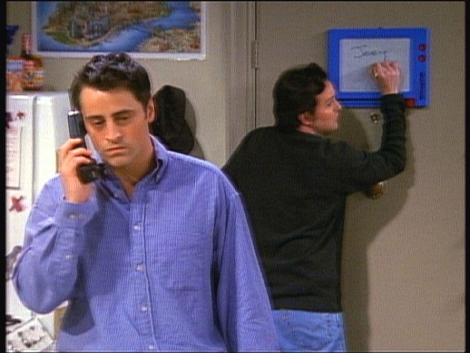 Chandler (Matthew Perry, r.) versucht in aller Schnelle, Joey (Matt LeBlanc, l.) eine Nachricht zu übermitteln, aber es ist schon zu spät ... - Bildquelle: TM+  2000 WARNER BROS.