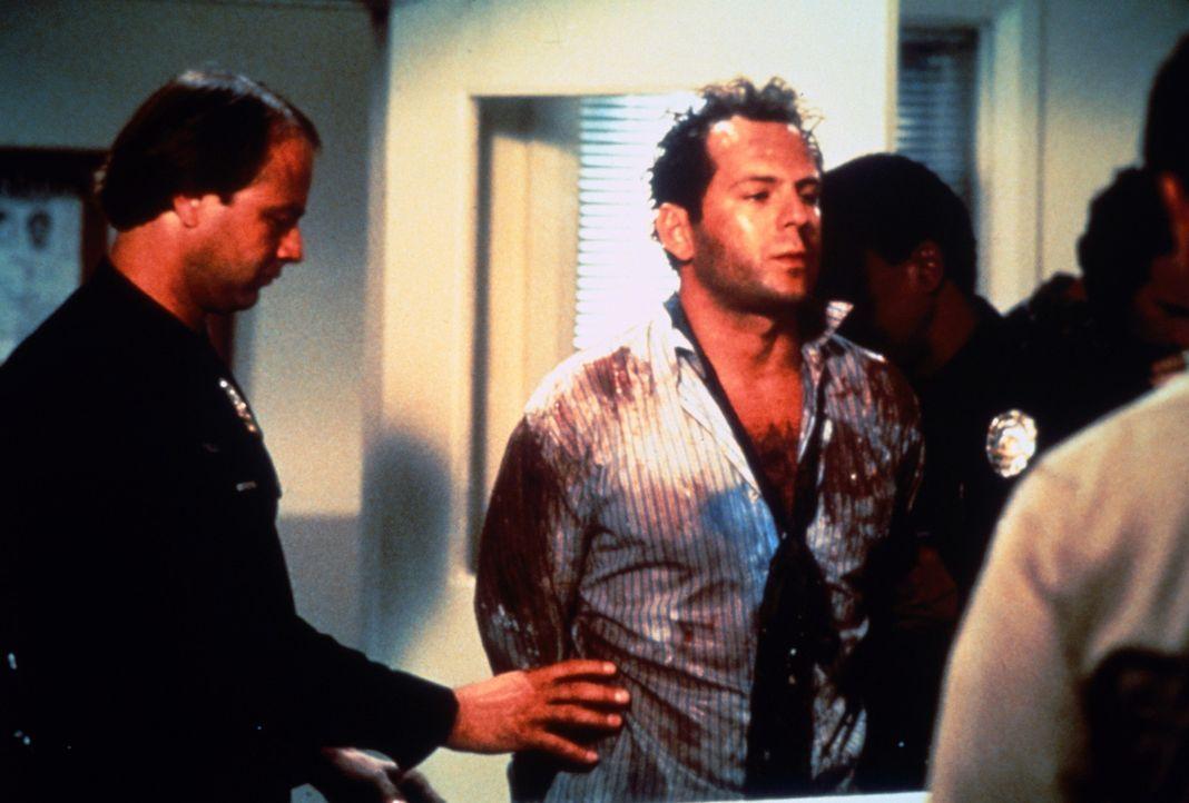 Das Chaos ist perfekt: Als Walter Davis (Bruce Willis, M.) Nadias psychotischen Exfreund mit der Waffe bedroht, landet er im Knast ... - Bildquelle: TriStar Pictures