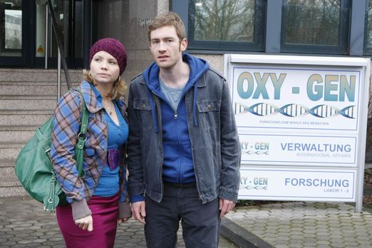 Danni Lowinski - Der junge Maurer Frank Droste (Max Engelke, r.) leidet seit...