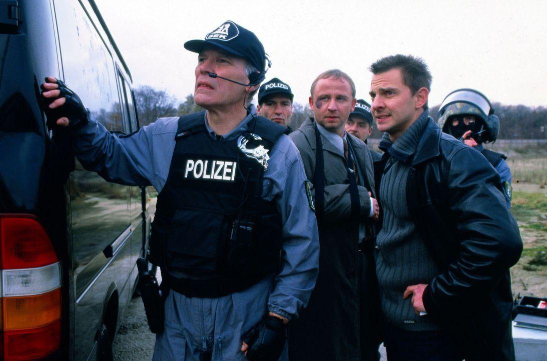Kommissar Tom Borkmann (Steven Merting, r.) versucht, den SEK-Einsatzleiter (Winfried Stahlke, l.) zu bremsen. - Bildquelle: Djampour Sat.1