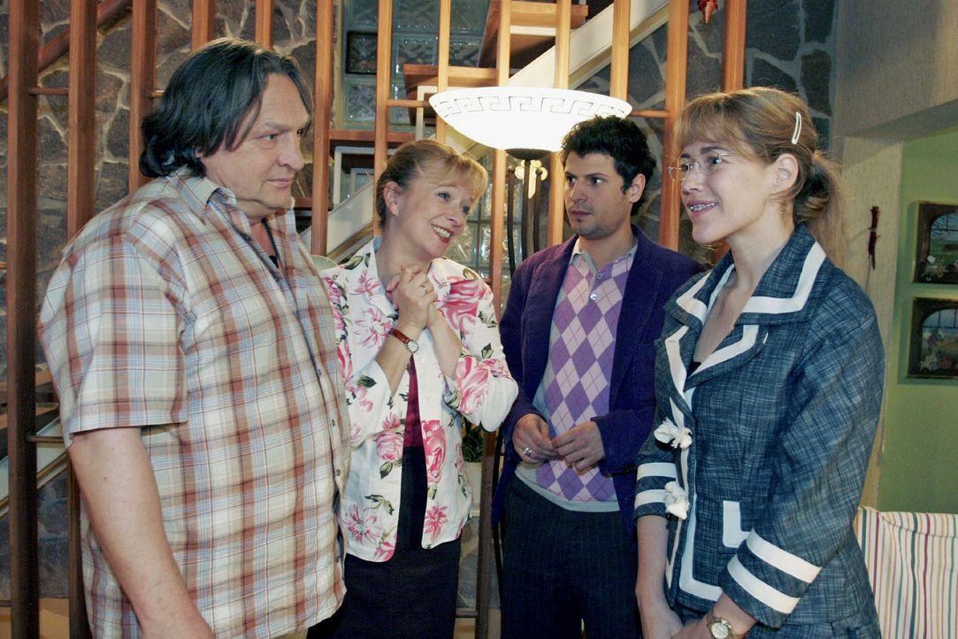 Während Helga (Ulrike Mai, 2.v.l.) total gerührt ist, dass Rokko (Manuel Cortez, 2.v.r.) um die Hand von Lisa (Alexandra Neldel, r.) anhält, ist... - Bildquelle: Noreen Flynn Sat.1