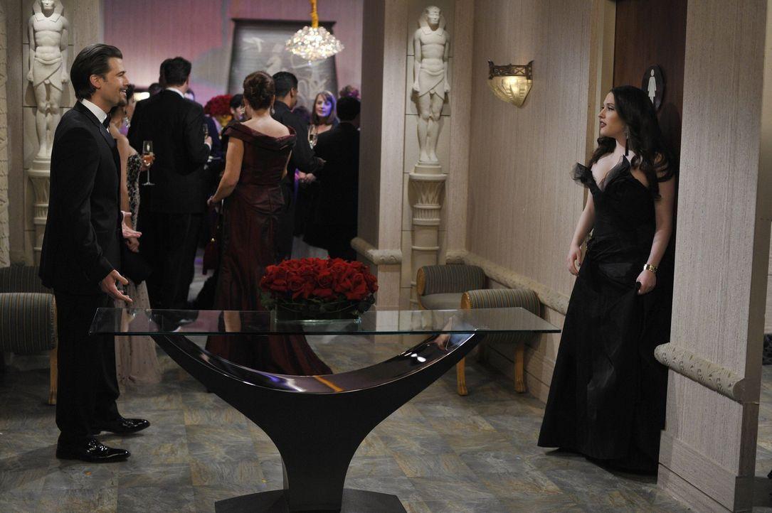 Treffen auf der Gala aufeinander: Johnny (Nick Zano, l.) und Max (Kat Dennings, r.) ... - Bildquelle: Warner Brothers