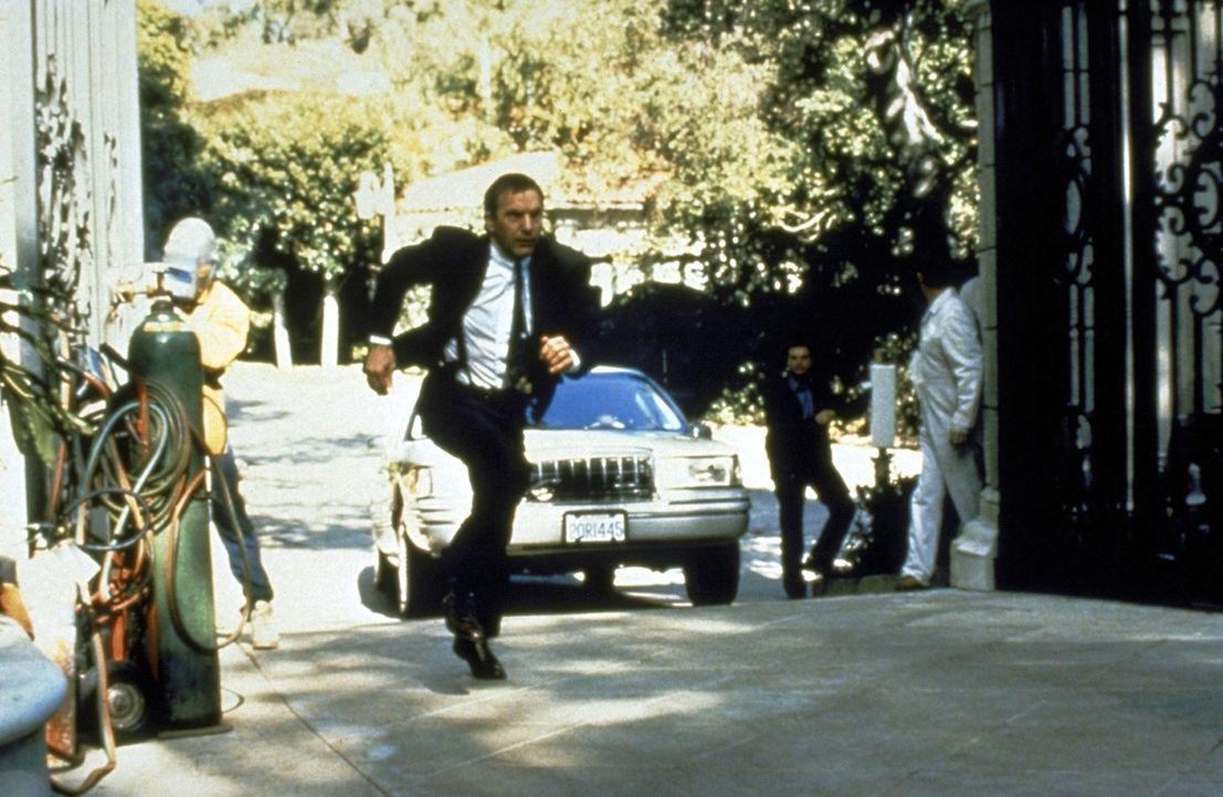 Seinen Job erledigt Frank Farmer (Kevin Costner) immer mit vollem Einsatz. - Bildquelle: Warner Bros.