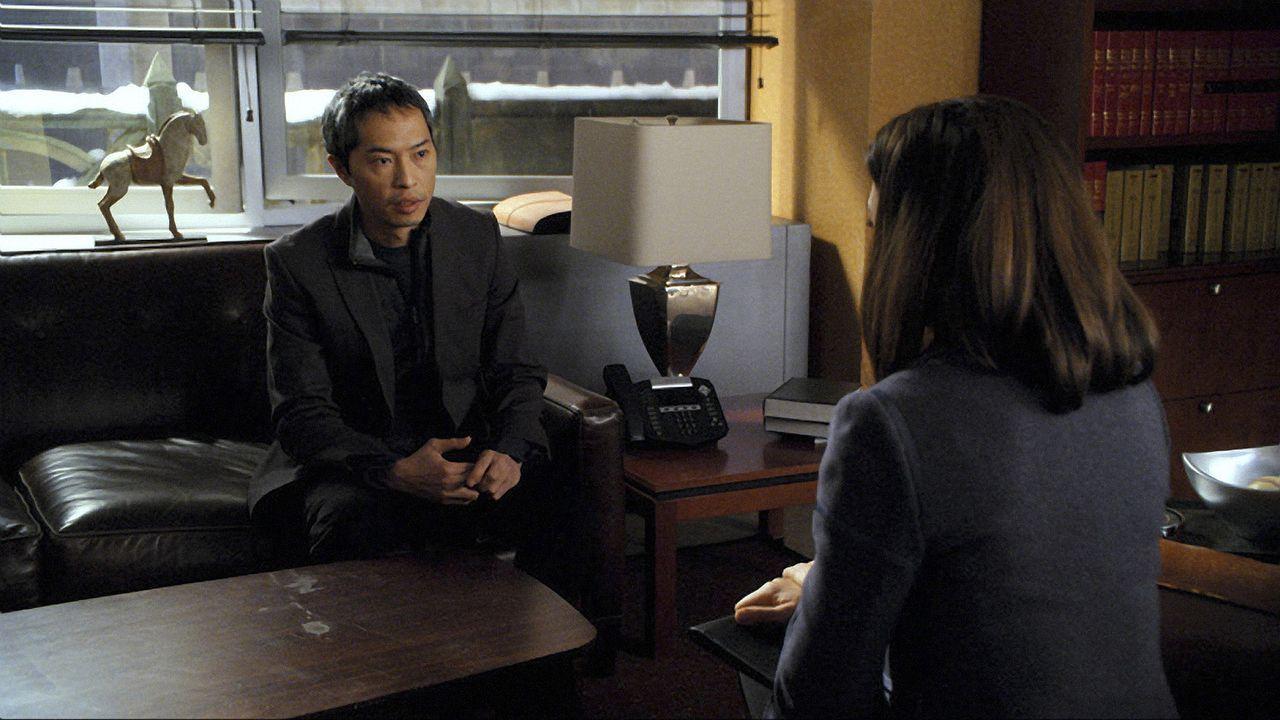 Der chinesischen Dissident Shen Yuan (Ken Leung, l.) bittet Alicia Florrick (Julianna Margulies, r.) um Hilfe. - Bildquelle: CBS   2011 CBS Broadcasting Inc. All Rights Reserved.