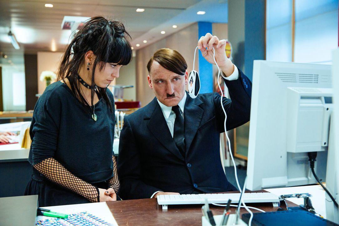 Noch ahnt Fräulein Krömeier (Franziska Wulf, l.) nicht, dass sie tatsächlich mit dem echten Adolf Hitler (Oliver Masucci, r.) zusammenarbeitet, der... - Bildquelle: 2015 Constantin Film Verleih GmbH.
