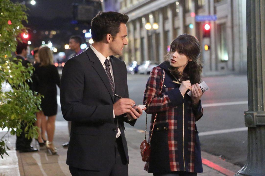 Jess (Zooey Deschanel, r.) und Nick (Jake M. Johnson, l.) beschließen, die Karten auf den Tisch zu legen und gehen auf ihr erstes Date. Als Schmidt... - Bildquelle: 2013 Twentieth Century Fox Film Corporation. All rights reserved