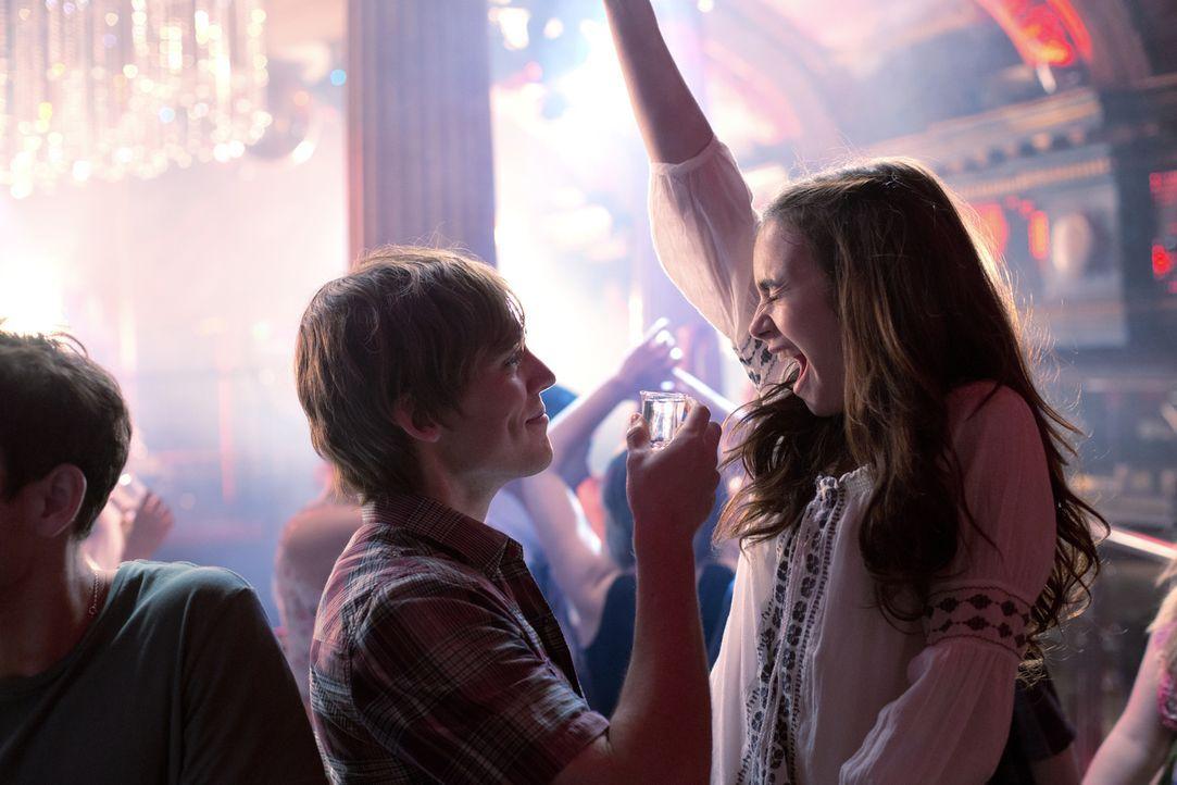 An Rosies (Lily Collins, r.) 18. Geburtstag lassen sie und Alex (Sam Claflin, l.) es ordentlich krachen und es kommt zum Kuss. Doch die beiden wolle... - Bildquelle: Constantin Film Verleih GmbH