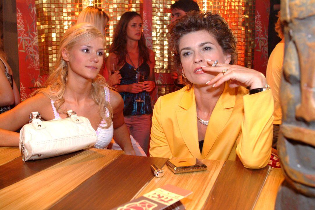 In der Tiki Bar trifft Sophie (Gabrielle Scharnitzky, r.) auf die trübsinnig gestimmte Sabrina (Nina-Friederike Gnädig, l.) und lässt diese ihren ga... - Bildquelle: Monika Schürle Sat.1