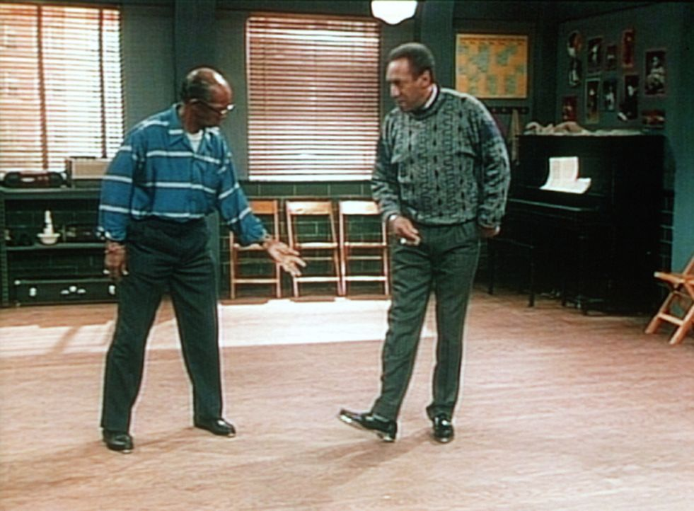 Rudys Tanzlehrer, Mr. Sims (Sandman Sims, l.), fordert Cliff (Bill Cosby, r.) zu einem Steptanzduell heraus. - Bildquelle: Viacom
