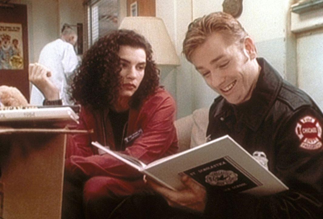 Carol (Julianna Margulies, l.) begleitet Shep (Ron Eldard, r.), der sich sehr freut. - Bildquelle: TM+  2000 WARNER BROS.